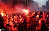 又奪冠啦!阿賈克斯球迷肆意慶祝,甚至爬上路燈放焰火