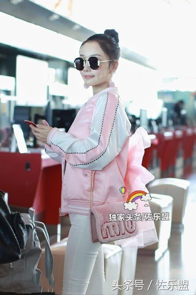李小璐背粉蝴蝶結少女心十足,網友:甜馨媽媽真的好甜馨
