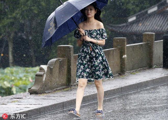 """""""雲雀""""飛過杭州澆滅熱浪 大風""""掀翻""""西湖遊客雨傘"""