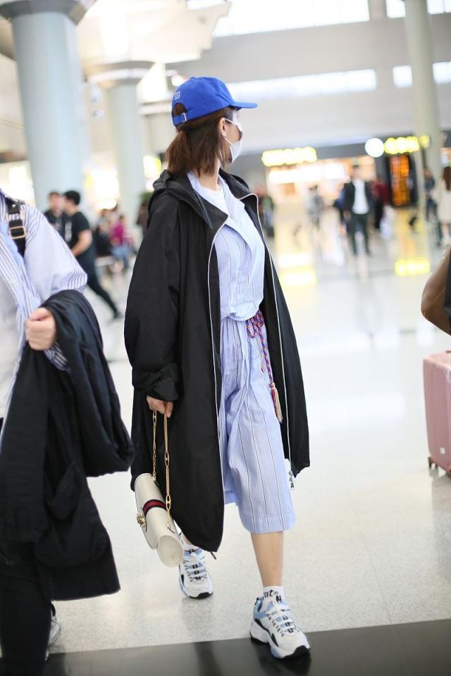 楊紫穿黑色風衣現身機場,甜中帶鹽酷帥範十足,超愛棒球帽