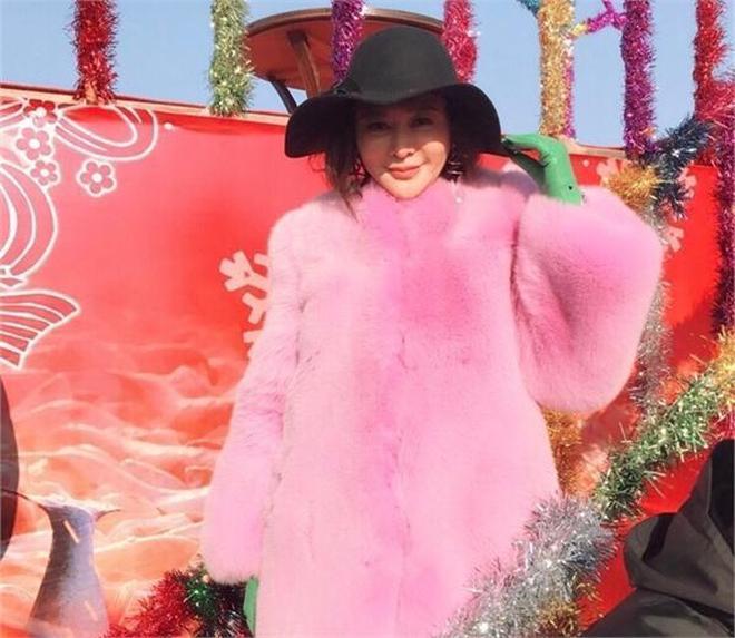 55歲關之琳穿粉色皮草扮嫩,趙雅芝那英卻被罵慘,皮草好但難駕馭