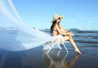 在海邊穿比基尼的女人