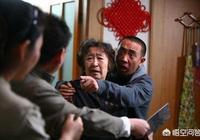 我媽媽今天在村裡和人吵架了,晚上那人跑到我家打我媽媽了,這事該怎麼解決?