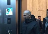 法國球星齊達內現身某家電視臺,齊達內將進行足球節目的錄製