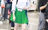 關曉彤私下難得營業,小綠裙大秀美腿,墨鏡紅脣清純又嫵媚