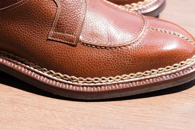 關於固特異和純手工沿條縫的區別
