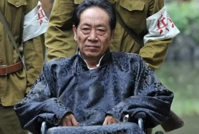 國家養著的人,走紅娶小37歲老婆,如今72歲的他吊威亞只為生計