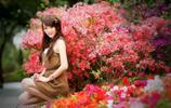 小智圖說-在桃花盛開的桃樹邊有位笑容甜美清麗可愛的賞花女孩!