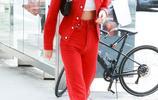 """""""肯豆""""詹娜穿紅裝驚豔亮相,墨鏡上移無敵大長腿屏幕裝不下"""
