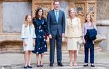 西班牙王后列蒂西亞參加復活節活動,藏藍色連衣裙顯得端莊大方