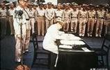 一張照片告訴你,戰敗後的日本,天皇和麥克阿瑟誰才是老大