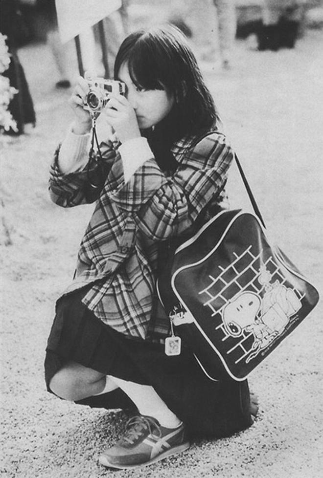 老照片:黑白鏡頭下的女孩,顏值、青春擺在那,ps和美顏只是浮雲