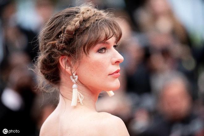 米拉·喬沃維奇出席《西比勒》首映 與老公牽手紅毯秀恩愛