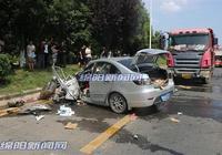 兩貨車與轎車發生事故 轎車司機受傷被困