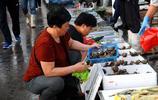 """""""搶先嚐""""早市梭子蟹來了 35元一斤 看青島大媽挑蟹子都有啥竅門"""