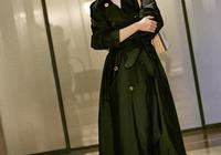 趙薇又穿經典款風衣,這次只是扎個高馬尾辮,更顯年輕有少女感了