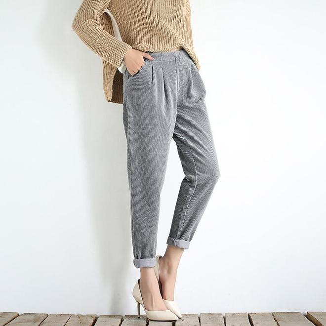 胖女人別穿緊身褲了,瞧下圖女人穿,水桶腰大象腿照樣美嫩顯腿長