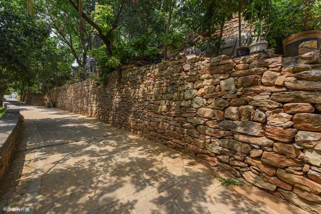 河南深山裡的百年古村,全部用石頭壘成,經改造搖身變成熱門景點