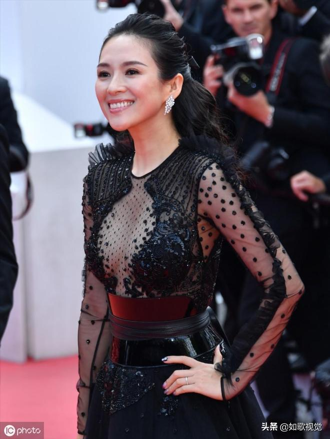 章子怡再度現身戛納紅毯,身穿黑色透視紗裙性感,網友:國際範兒
