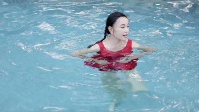 62歲劉曉慶在泳池內現出原形,網友道:妝前妝後差距也太大了吧!