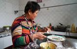 她16歲嫁到陝西農村,生下4個孩子照看大9個孫子,如今生活成啥樣