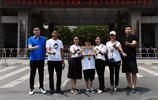 鄭州四中考點外面 滿滿的正能量給在酷暑中等待的家長帶來了涼意