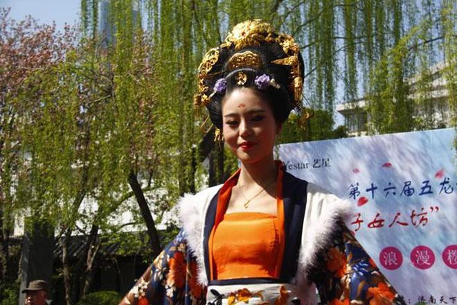 五龍潭漢服秀助力櫻花節