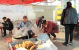 農民賣油炸饃月收入24000元,美食工具依靠兩根鐵條,你見過嗎?