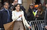 西班牙王后萊蒂齊亞現身,穿米色大衣風姿卓然,47歲仍宛若少女