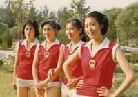 央視主持人25年前舊照再掀回憶殺,倪萍神似王祖賢,鞠萍日系少女