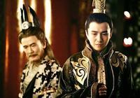 皇帝問丞相:朕要殺了大將軍,有何佳策?丞相說:賞他一匹馬吧