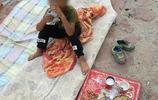 父親離婚後,帶著他兒子在河道邊捕魚為生,睡地上,孩子我想上學