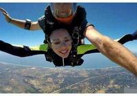 62歲劉曉慶挑戰高空跳傘,臉居然沒有變形!其它女明星敢挑戰嗎?