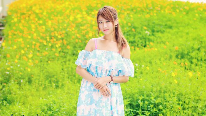 小智圖說-綠草黃花邊散心坐在路邊大樹旁休息穿吊帶白藍裙美女!