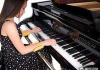 孩子一年級給她報了書法、鋼琴、主持和英語四個班,感覺都必須學,可是孩子很辛苦該怎麼辦?
