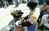 小攤大媽一個月賺的不比白領少,這種油炸蝦餅你吃過嗎?