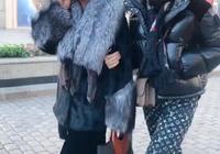 51歲金星穿貂皮戴墨鏡,手裡拿冰棍邊走邊吃,網友:社會我金姐!