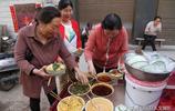 50歲農村人進城賣小吃 攤上不擺桌子食客蹲著吃 生意為啥還那麼紅