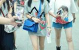 90後譚鬆韻現身北京機場,她身穿灰T恤配短褲大秀美腿,表情呆萌