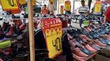 城裡商場來鄉鎮街道,降價銷售換季鞋子,最低打3.5折遭瘋搶
