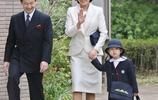 同樣是夫妻出行,明仁天皇和德仁親王行為狀態大不同,父親更貼心