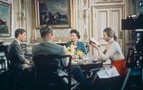 英國女王和孩子們罕見的互動畫面:幫安妮公主翻牆,和孩子們錄像
