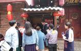 束河古鎮房租夠高,兩平米簡易房租金四萬,但靠賣燒餅成最火店鋪