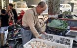 """農村大爺賣雞蛋有""""絕招"""",一個好的伎倆出攤能賺好幾百塊"""