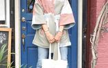 卡羅萊娜·科庫娃別緻穿搭休閒甜美,對鏡擺造型細腿搶鏡