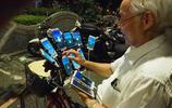 70歲老人帶24部手機玩遊戲,凌晨4點也不打盹,網友擔心一件事