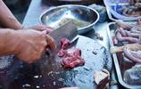 兩姑娘在貴港老街吃生料粥,味道很贊以為便宜,結賬才發現吃了98
