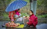 5張圖,皖北農村大姐懷抱吃奶嬰兒雨中賣桃,看了都心酸