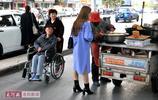 河南:75歲老人每天街頭賣紅薯餅12小時,靠雙手在市區20多萬買房