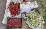 70歲農村大爺進城賣菜,看著不很新鮮但總是很快賣掉,這是咋回事